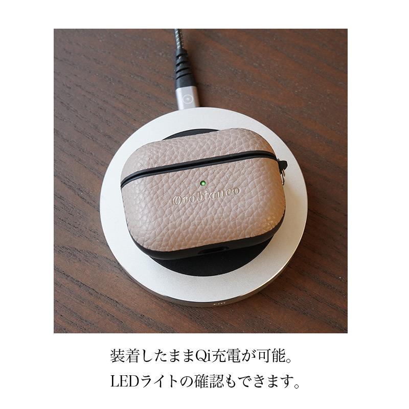 装着したままQi充電が可能。LEDライトの確認もできます。