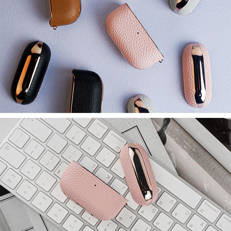 革のクラシックな色合いはAirPods Proに自然になじみ、ファッションアイテムとしても合わせやすいカラー展開です。また、革の色と相性のいいクロームラインを組み合わせているので、それぞれのカラーごとに色の違いを楽しめます。