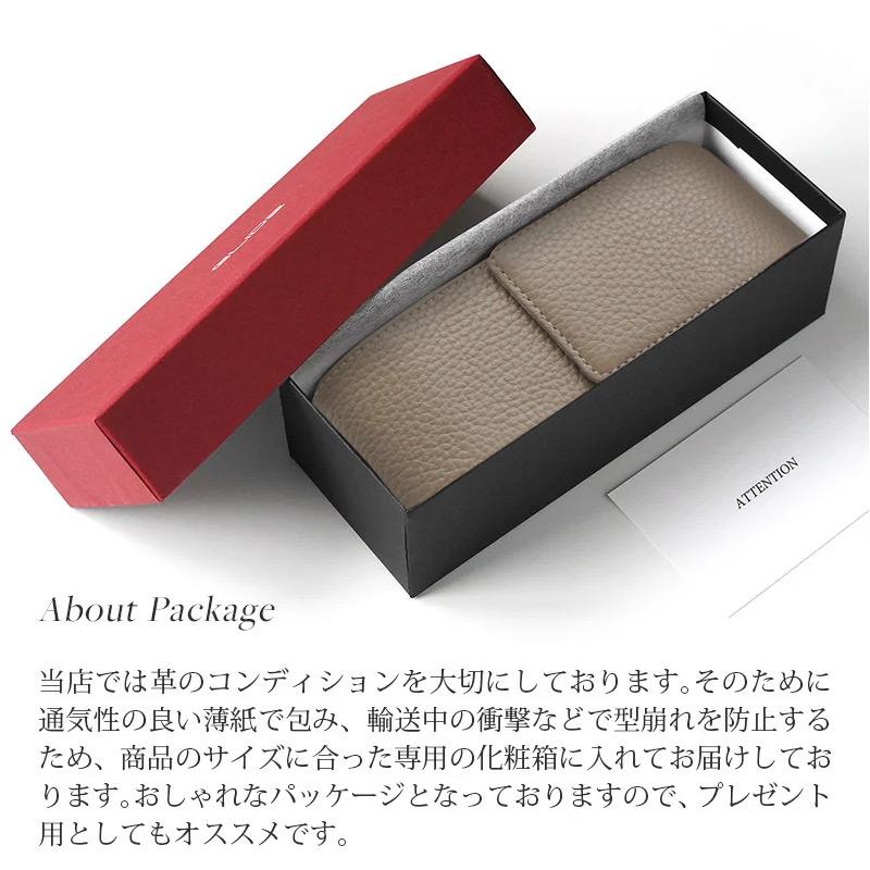 当店では革のコンディションを大切にしております。通気性の良い薄紙で包み、輸送中の型崩れを防止するため、商品のサイズに合った専用の化粧箱に入れてお届けしております。おしゃれなパッケージとなっておりますので、プレゼントとしてもオススメです。