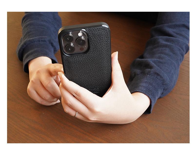 WINGLIDE『iPhone13シリーズ対応 シュランケンカーフ 背面カバー ケース』は手になじむスマホケースです。