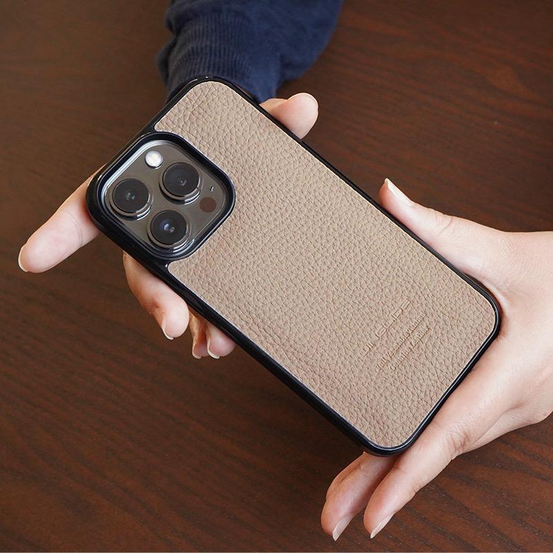 WINGLIDE『iPhone13シリーズ対応 シュランケンカーフ 背面カバー ケース』は手になじむ本革です。